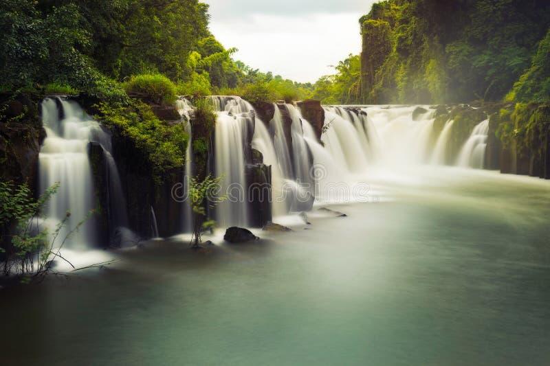 Cascade à écriture ligne par ligne de Tad Pha Souam photographie stock