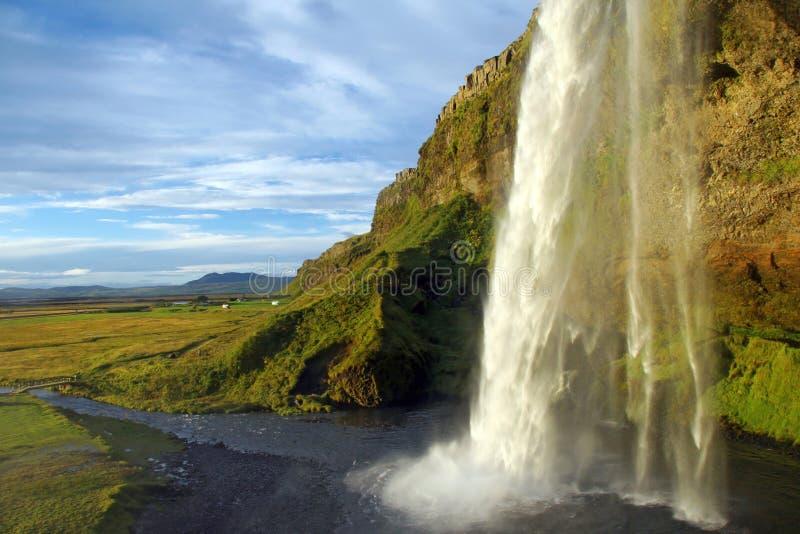 Cascade à écriture ligne par ligne en Islande photos stock