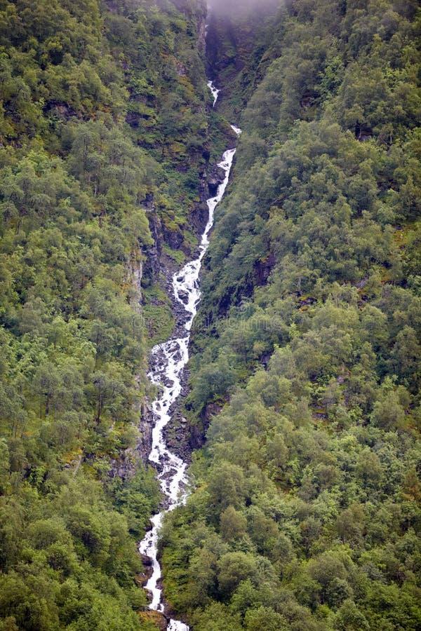 Cascade à écriture ligne par ligne en montagnes photos stock
