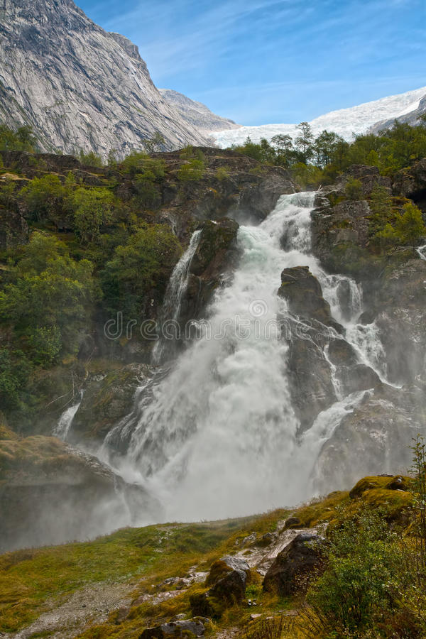 Cascade à écriture ligne par ligne Kleivafossen en montagnes de la Norvège image libre de droits