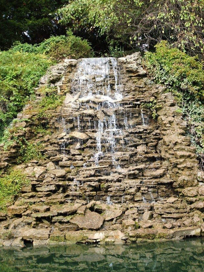 Cascade à écriture ligne par ligne montante en cascade photo stock
