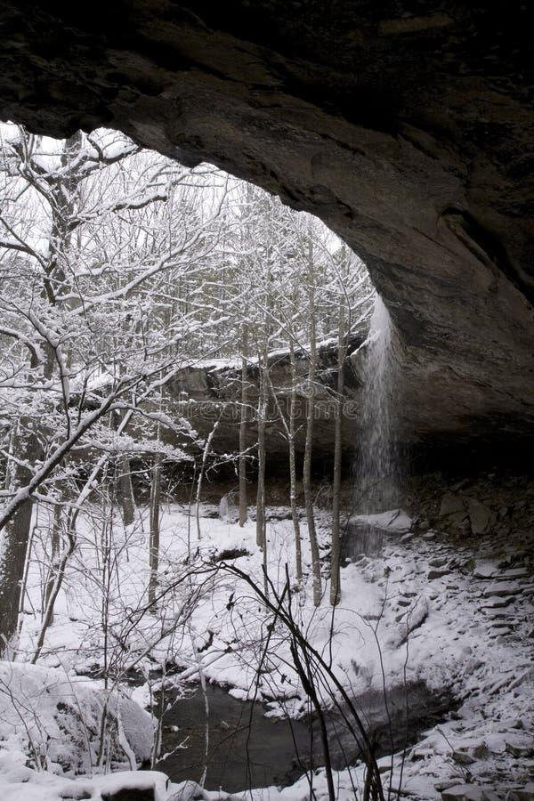 cascade à écriture ligne par ligne neigeuse photographie stock libre de droits