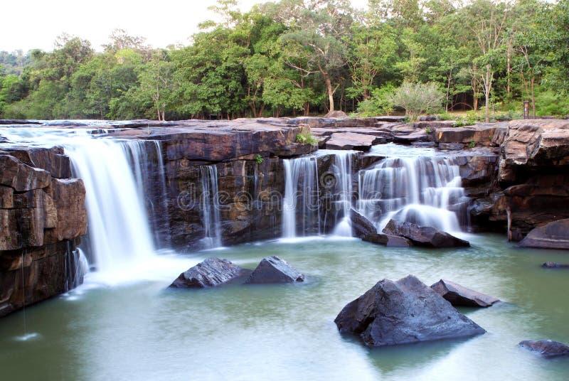 Cascade à écriture ligne par ligne Tadtone dans la forêt du climat de la Thaïlande images libres de droits