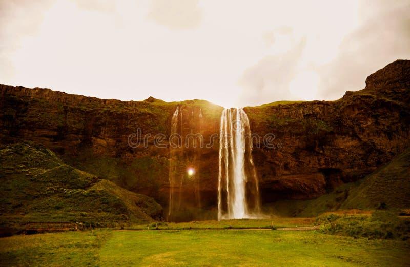 Cascade à écriture ligne par ligne Seljalandsfoss en Islande L'anneau d'or de l'Islande images stock