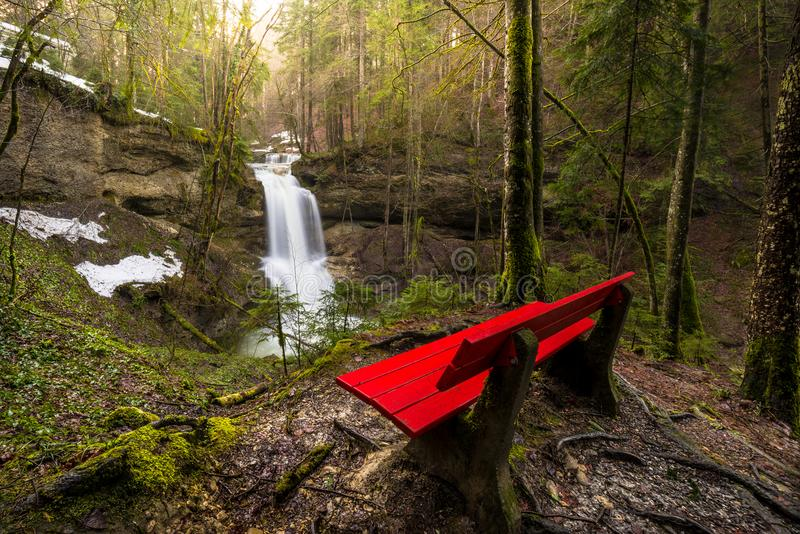 Cascade à la rivière de montagne au printemps photos stock