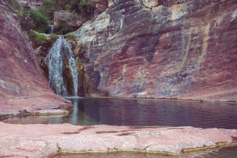 Cascade avec sa piscine naturelle photo libre de droits