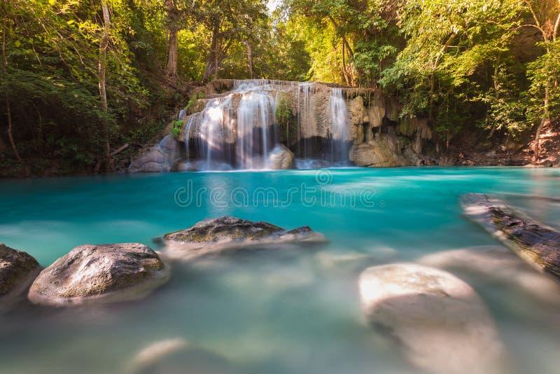 Cascade bleue de courant dans la forêt tropicale profonde de la Thaïlande photo stock