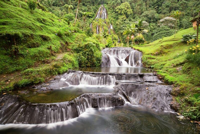 Cascade colombienne de longue exposition images libres de droits
