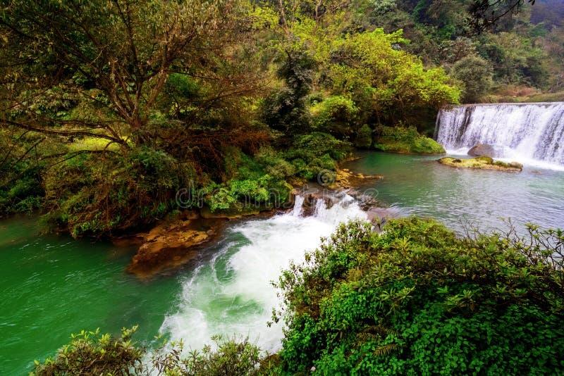 Download Cascade Coulant Dans Le Courant De L'eau Photo stock - Image du regroupement, flux: 87703724