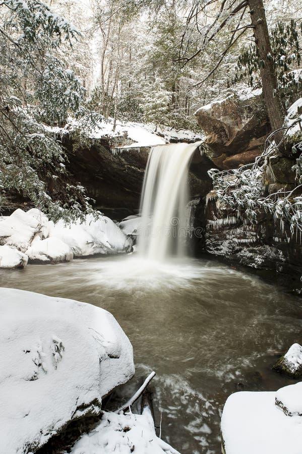 Cascade couverte par neige - appartement léchez les automnes - les Appalaches - Kentucky photographie stock libre de droits