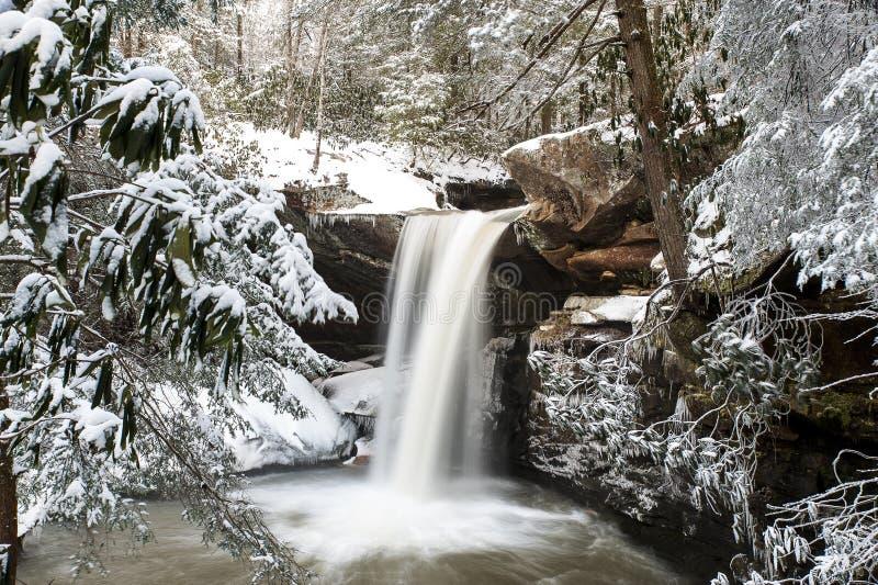 Cascade couverte par neige - appartement léchez les automnes - les Appalaches - Kentucky photos stock
