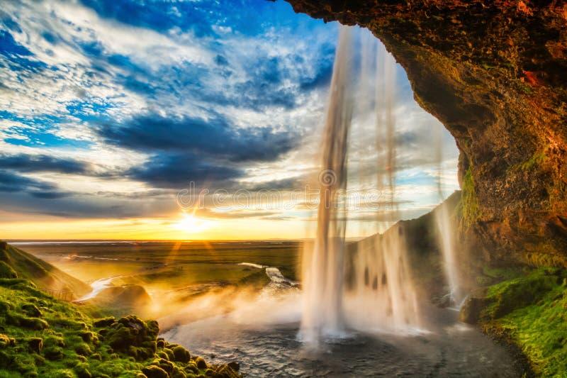 Cascade ? ?criture ligne par ligne de Seljalandfoss au coucher du soleil, Islande photos stock