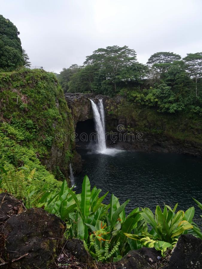 Cascade d'arc-en-ciel près de Hilo, grande île - Hawaï images stock