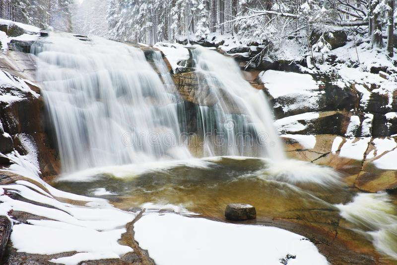 Cascade d'hiver Le petit étang et les rochers neigeux beuglent la cascade de cascade L'eau en cristal de gel de la rivière et des photos libres de droits
