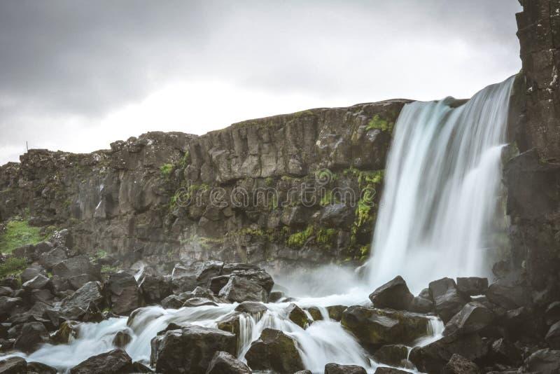 Cascade d'Oxararfoss dans Pingvellir ou parc national de Thingvellir photos stock