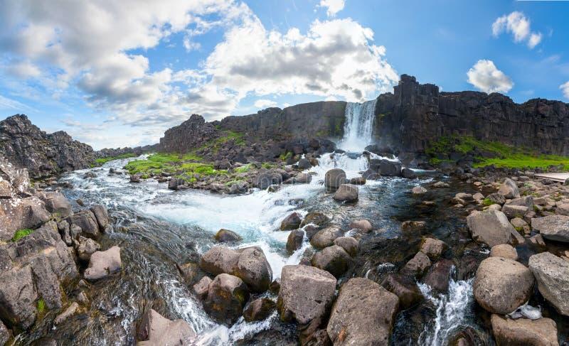 Cascade d'Oxararfoss en parc national de Thingvellir image stock