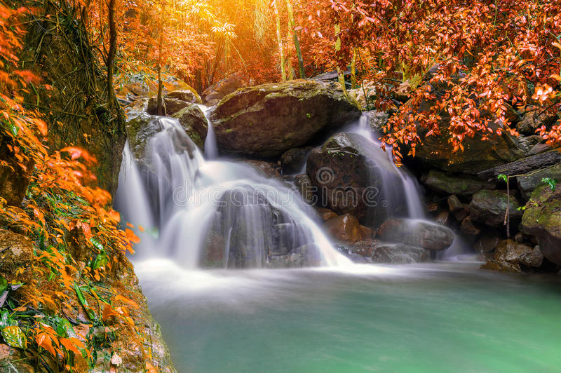 Cascade dans la jungle profonde de forêt tropicale (cascade Sarab de Krok E Dok photo libre de droits
