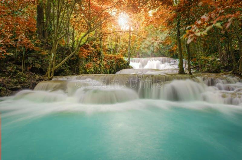 Cascade dans la jungle profonde de forêt tropicale (Huay Mae Kamin Waterfall) images libres de droits