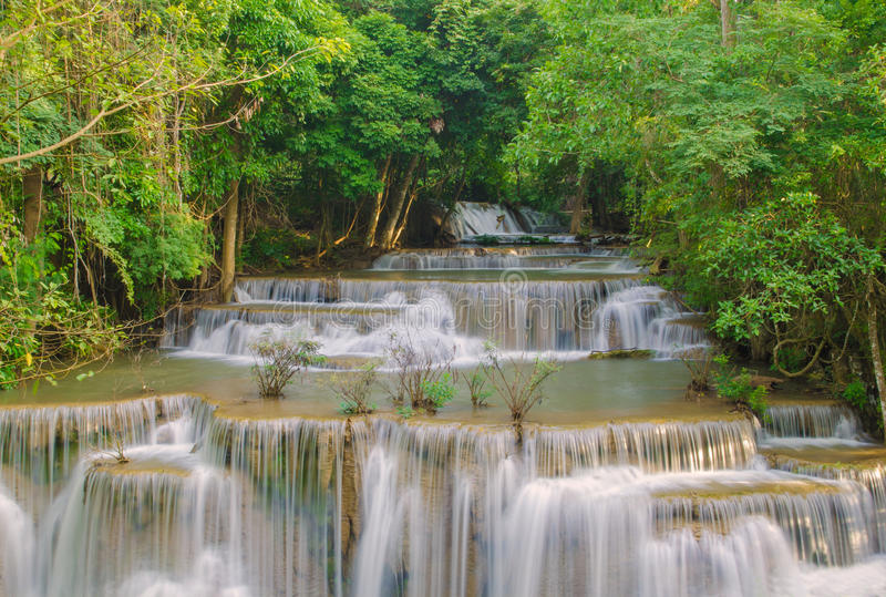 Cascade dans la jungle profonde de forêt tropicale (Huay Mae Kamin Waterfall images libres de droits