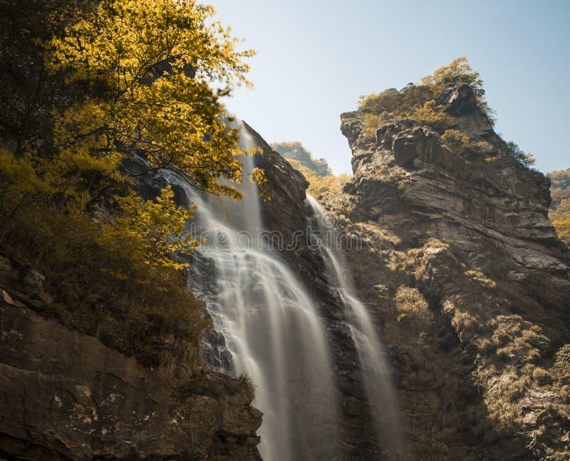 Cascade dans Lushan Chine en automne photos stock