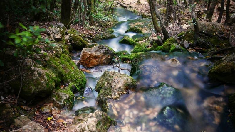 Cascade de Beautful avec la longue exposition photographie stock