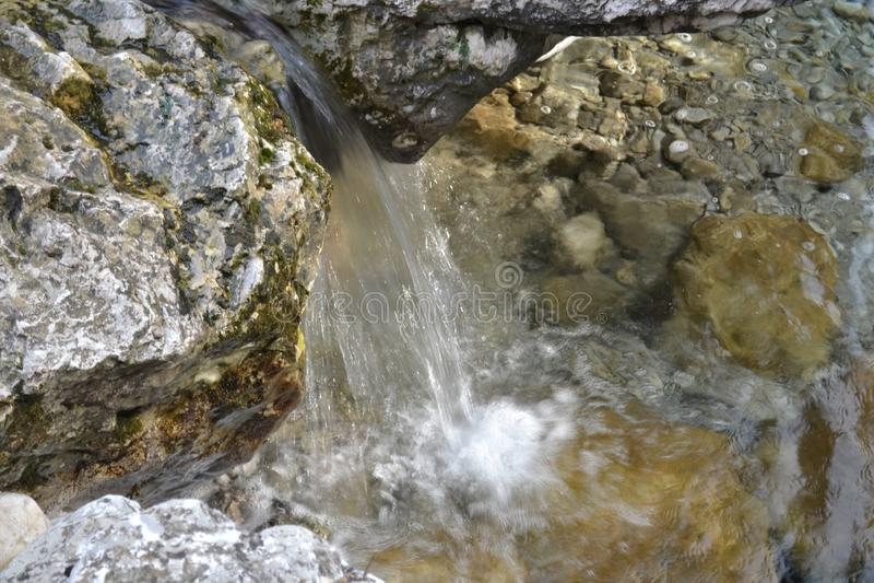 Cascade de courant de montagne d'eau pure dans les roches image stock