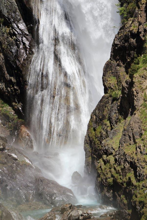 Cascade de Dormillouse在Ecrins国立公园,法国Hautes Alpes 免版税库存照片