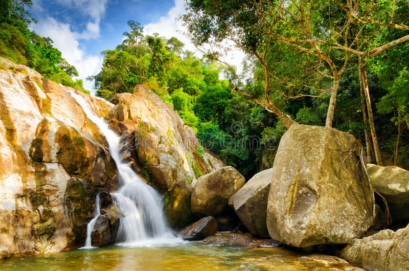 Cascade de jeune homme de Hin. KOH Samui, Thaïlande photos libres de droits