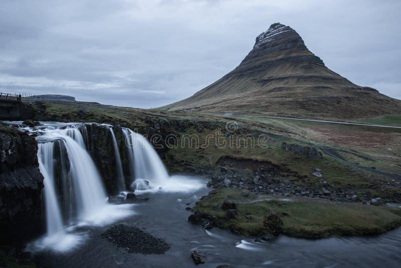 Cascade de Kirkjafellsfoss en Islande avec la montagne à l'arrière-plan photographie stock libre de droits