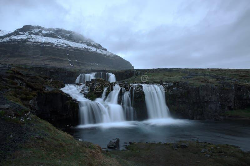 Cascade de Kirkjafellsfoss Islande au printemps images stock
