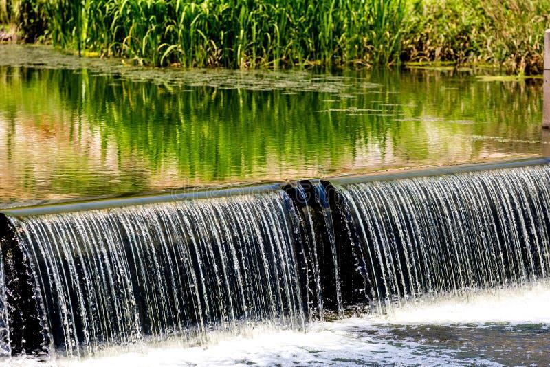 Cascade de l'eau coulant vers le bas du petit barrage, concept ?conomisant d'?cologie de l'eau S?oul, Cor?e du Sud photos stock