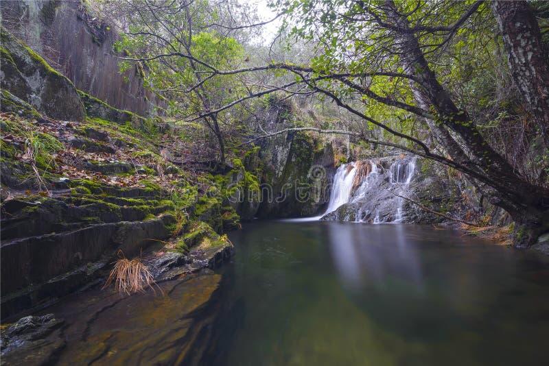 Cascade de Las Hurdes Eau et automne images stock
