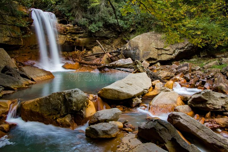 Cascade de montagne le long de la rivière de Blackwater images stock