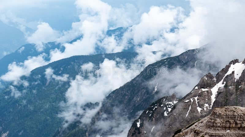 Cascade de montagnes Beau paysage Temps nuageux Stationnement national Tre Cime, dolomites, Tyrol du sud l'Italie photo stock