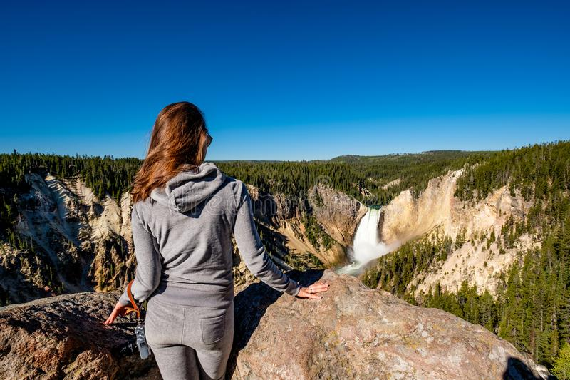 Cascade de négligence de touristes dans Yellowstone image libre de droits