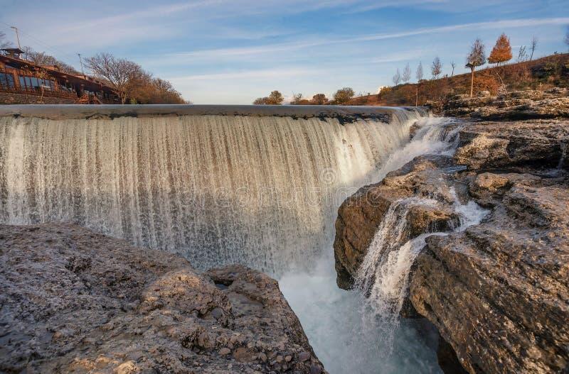 Cascade de Niagara sur la rivière Cijevna près de Podgorica, Monténégro photos stock