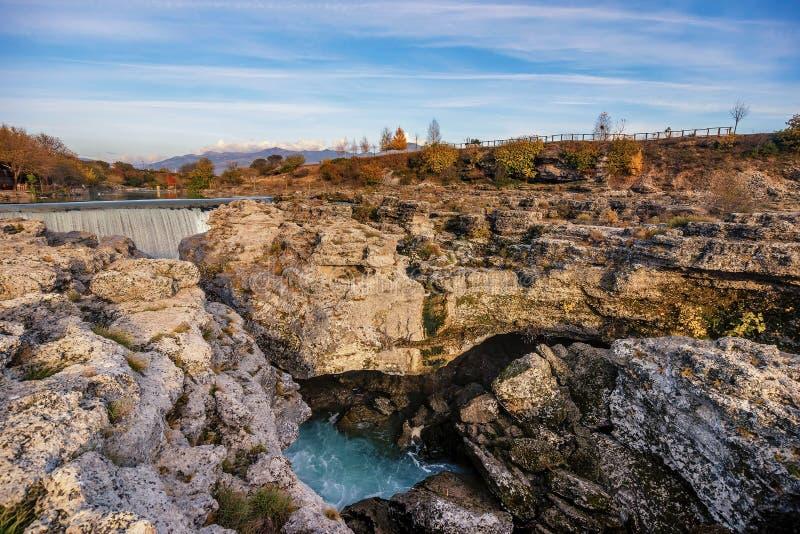 Cascade de Niagara sur la rivière Cijevna près de Podgorica, Monténégro image stock