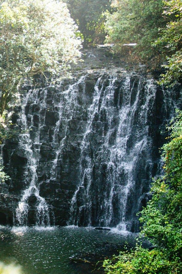 Cascade de cascade ou d'eau Courants tombant vers le bas des roches de montagne Fond extérieur de voyage saisonnier naturel images stock