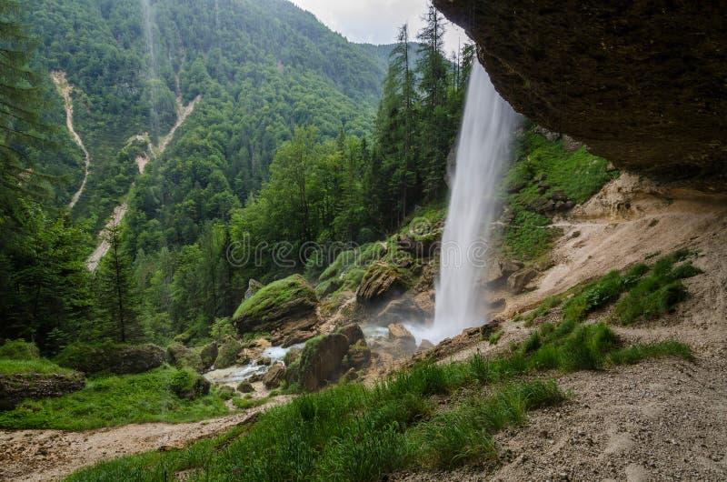 Cascade de Pericnik près de village de Mojstrana, Slovénie images libres de droits