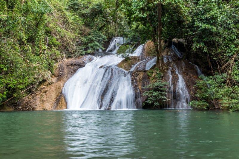Cascade de Pha-Tak dans la forêt tropicale profonde au parc national de Khao Laem images libres de droits