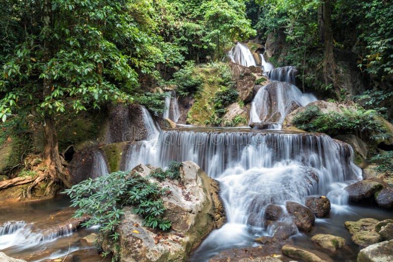 Cascade de Pha-Tak dans la forêt tropicale profonde au parc national de Khao Laem photos stock