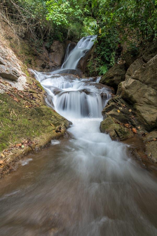 Cascade de Pha-Tak dans la forêt tropicale profonde au parc national de Khao Laem photos libres de droits