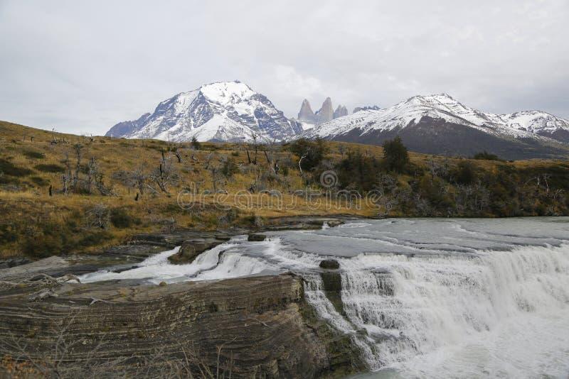 Cascade de Rio Paine de del de Cascada en parc national de Torres del Paine, Patagonia, Chili images stock