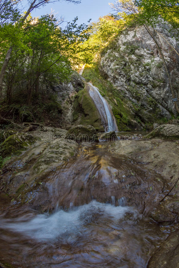 Cascade de Susara en parc national de Nera, Roumanie image libre de droits