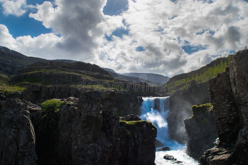 Cascade de Sveinsstekksfoss, vue de paysage en Islande oriental images stock