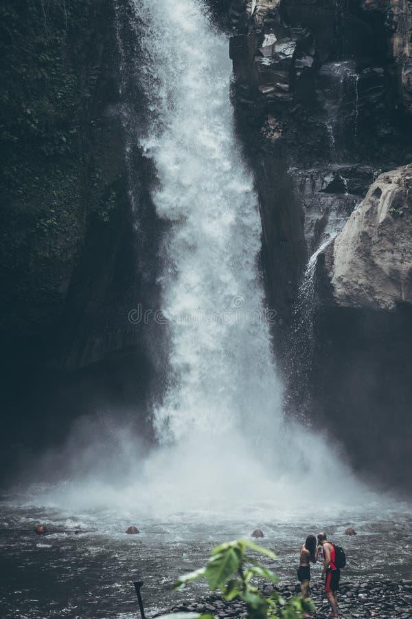 Cascade de Tegenungan dans la jungle de l'île de Bali l'indonésie photo stock