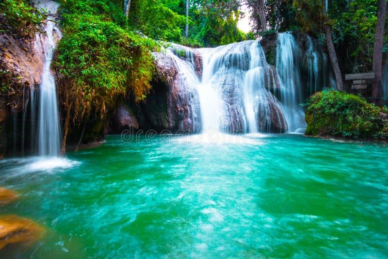 \'Cascade de Than sawan, Payao, Thaïlande, Longue explosion, Belle cascade verte dans la nature au coucher du soleil Je suis photos stock