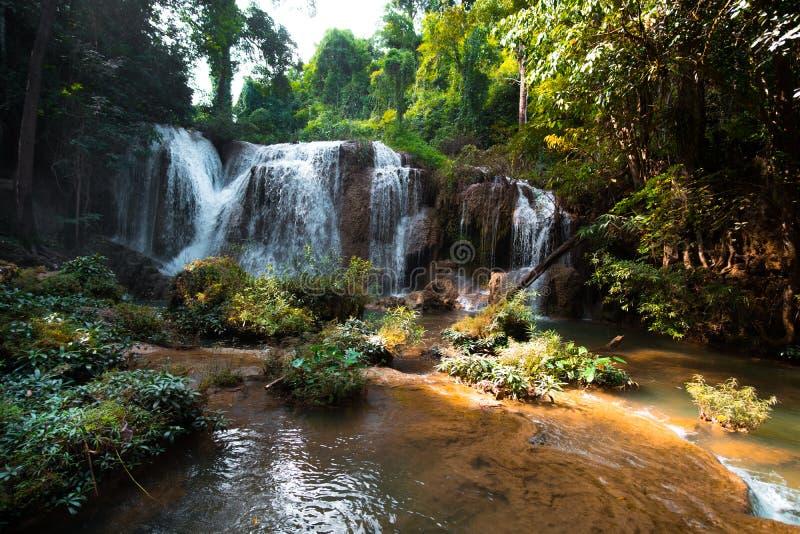 \'Cascade de Than sawan, Payao, Thaïlande, Tir normal, Belle cascade verte dans la nature au coucher du soleil Je suis photo libre de droits
