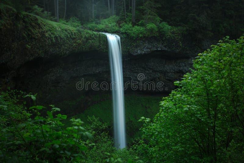 Cascade du sud d'automnes au parc d'état argenté d'automnes photo stock