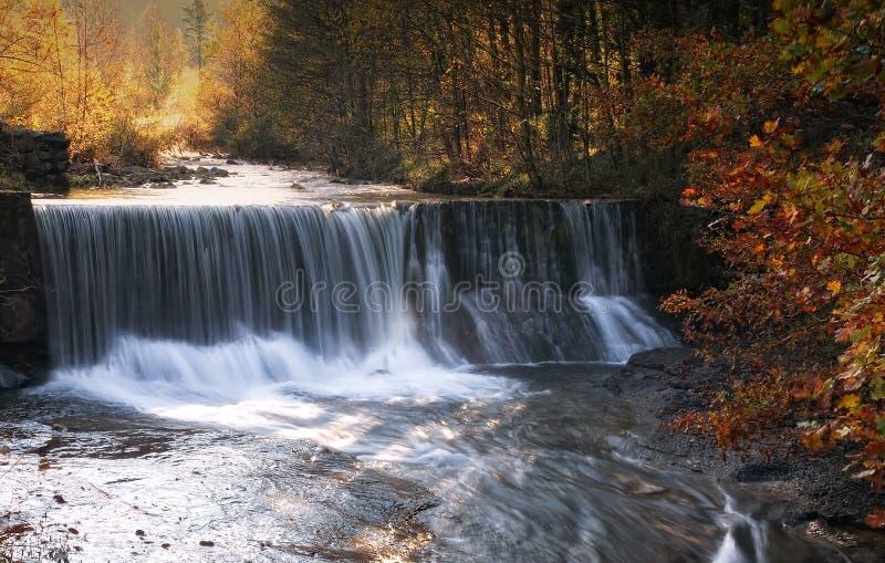 Cascade en automne photo stock